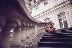 geräusche Abbildung der roten Lilie Stilvolle junge Frau der Schönheit im Kleidersi Lizenzfreie Stockfotografie