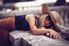 geräusche Abbildung der roten Lilie Straßenporträt schöner junger Frau s stockfotografie
