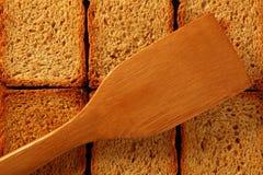 Geröstete goldene Brotscheiben in den Reihen Stockfotografie