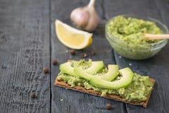 Gerösteter Roggen mit Sahne verbreitet von den Avocadoscheiben Lizenzfreie Stockfotos