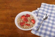 Geröstetes Hafer-Getreide mit Erdbeeren Stockfoto