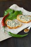 Geröstetes heißes Querbrötchen verbreitet mit Butter Stockfotos
