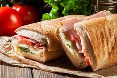 Geröstetes panini mit Schinken-, Käse- und Arugulasandwich Stockbilder