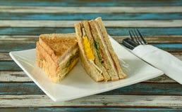 Geröstetes Sandwich mit Schinken, Käse und Gemüse Lizenzfreie Stockbilder