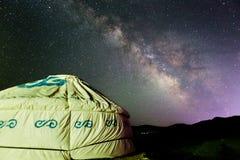 Ger在夏天满天星斗的天空下 库存图片