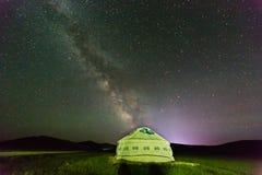 Ger κάτω από το θερινό έναστρο ουρανό στοκ φωτογραφία με δικαίωμα ελεύθερης χρήσης