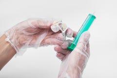 ger doktor 2 5 den patient injektionssprutan för delen Royaltyfri Foto