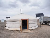 Ger o yurt mongol, con el panel solar y la antena parab?lica imagen de archivo