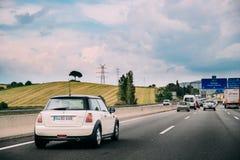 Geração R56 de Mini Hatch Second que conduz na estrada da estrada imagens de stock