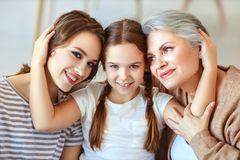 Gerações avó, mãe e brincadeira da família três e para rir da casa fotografia de stock royalty free