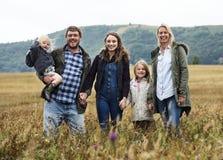 Gerações da família que Parenting o conceito da natureza do campo da unidade fotografia de stock