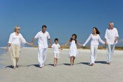 Gerações de mãos da terra arrendada da família na praia Imagem de Stock Royalty Free