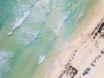 Gerade Abstiegvon der luftansicht des Strandes in Cozumel, Mexiko stockfoto