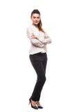 Gerade Aufstellung der jungen Frau in voller Länge im Studio lokalisiert auf weißem Hintergrund Lizenzfreie Stockbilder