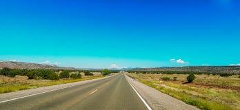 Gerade Ausdehnung der offenen Wüsten-Straße stockfotos