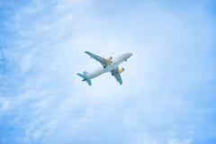 Gerade? ein flaches Flugwesen im Himmel lizenzfreies stockbild
