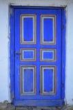 Gerade eine blaue alte Tür Stockbild