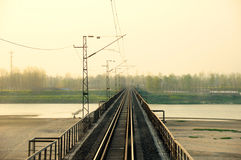 Gerade Eisenbahnbrücke am Sonnenuntergang. Lizenzfreie Stockfotos