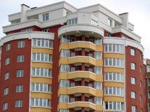 Gerade fertiges neues Luxuxwohnungshaus Stockfotografie
