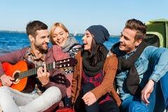 Gerade Freunde und Gitarre Lizenzfreies Stockfoto