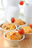Gerade gebackene selbst gemachte Muffins Stockbilder
