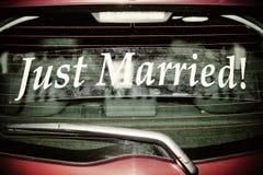 Gerade geheiratet auf rotem Auto Lizenzfreie Stockfotos