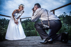 Gerade geheiratet in der Hochzeitssitzung Stockfoto