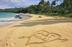 Gerade geheiratet geschrieben in Sand Stockfoto