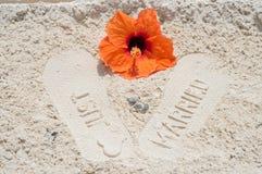 Gerade geheiratet im Sand mit Ringen stockbilder