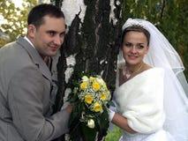 Gerade geheiratet nahe Baum Stockfoto