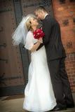 Gerade geheiratet vor der Kirche Lizenzfreie Stockbilder