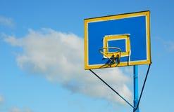 Gerade gemaltes neues buntes Rückenbrett und Basketballkorb gegen stockfotos