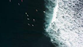 Gerade hinunter Welle und die Leute kamen schwimmen auf Brandungsbretter Hintergrund für Blog Stockfoto