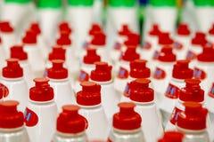 Gerade Reihen von hellen roten Korken auf Flaschen stockfotos