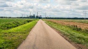 Gerade schmale landwirtschaftliche Straße Stockfotografie