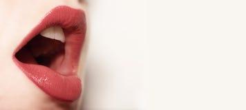 Gerade singend - Lippen Stockfotos