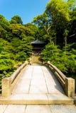 Gerade Steinbrücke über Teich Chionin-Tempel stockfotos