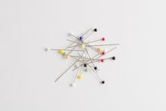 Gerade Stifte mit Köpfen von verschiedenen Farben Stockfotografie