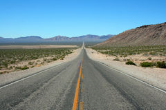 Gerade Straße durch Death Valley stockbild