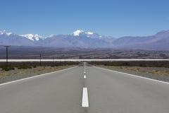 Gerade Straße und Aconcagua-Berge, nördlich von Argentinien Lizenzfreies Stockfoto