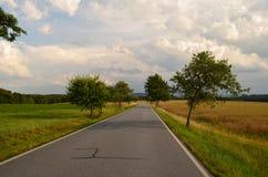 Gerade Straße und Bäume nahe BasteibrÃ-¼ cke in Deutschland Stockfotos