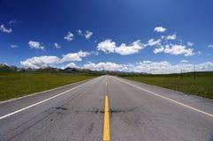 Gerade Straße unter blauem Himmel Stockfoto