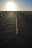 Gerade Straße am Sonnenaufgang Stockfotos