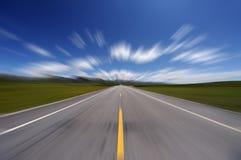 Gerade Straße unter blauem Himmel Stockbild