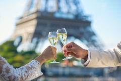 Gerade trinkender Champagner des verheirateten Paars Lizenzfreie Stockfotografie