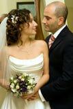Gerade verheiratete junge Paare Stockfotos