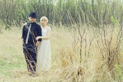 Gerade verheiratete junge Paare im Garten Lizenzfreie Stockbilder