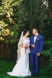 Gerade verheiratete liebevolle Hippie-Paare im Hochzeitskleid und -Anzug herein stockbilder