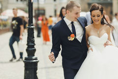 Gerade verheirateter Weg um das Lächeln im alten Stadtteil Lizenzfreie Stockfotografie