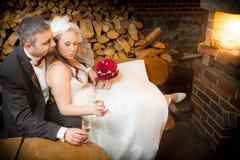 Gerade verheiratetes Paar, das mit Champagner feiert Lizenzfreies Stockfoto